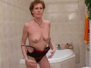 Reife Frau beim Rasieren