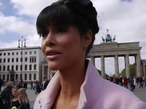 Micaela Schaefer nackt am Brandenburger Tor