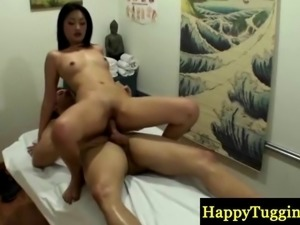 Asian masseuse makes customer cum