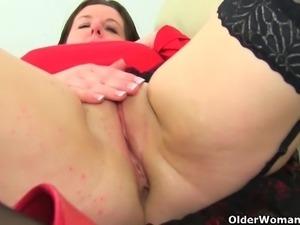 British milf Lelani loves stuffing her mature pussy