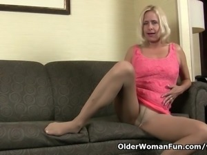 American milf Payton Leigh finger fucks on the couch