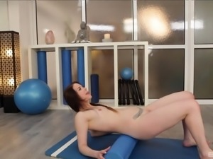 Yoga instructor has a blast with Amber Nevada's hot body