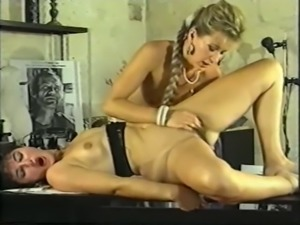 Brunette and blonde babes feeling strong attraction