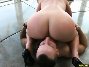 Blonde Kimmy Olsen with juicy butt and shaved bush is
