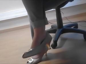 candid sexy heels feet under table au bureau 1