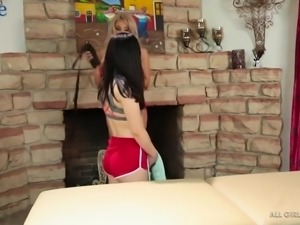 Sporty jogger Luna Star lures sexy chick as she wanna eat out her cunt