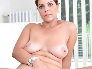 Amateur Nicol shows us her mature pussy