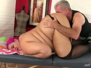 Pink haired emo BBW Sara Star lets masseur tease her with vibrator