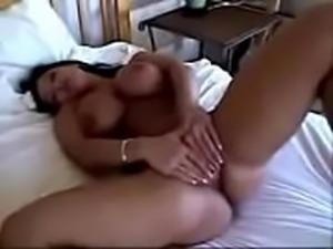 Morena tetona masturb&aacute_ndose en la cama