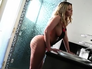 Blonde bombshell Brooklyn teases with her perfect body