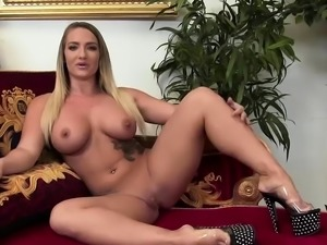 Hairy slut squirts while she is fucked