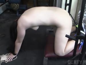 Newbie Female Bodybuilder Get Bored and Masturbates